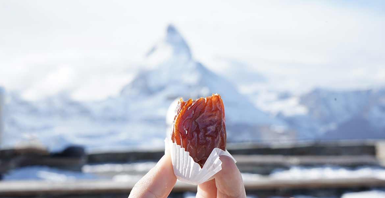 Eine Dattel vor dem verschwommenen Matterhorn.